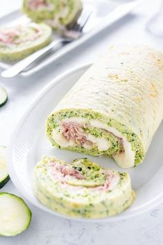 Rotolo di zucchine con stracchino e prosciutto cotto, ricetta facile con video Diet Recipes, Healthy Recipes, Prosciutto Cotto, Smoothie Drinks, Crepes, Finger Foods, Food Inspiration, Italian Recipes, Love Food
