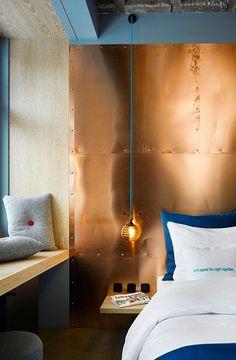 bleu et cuivre - Cette chambre joue résolument le jeu du cuivre avec de grand panneaux fixés au mur. Les murs gris bleus sont renforcés par la parure de lit... Le tout fonctionne très bien, et nous rappelle encore une fois qu'il faut parfois oser se lancer pour obtenir une déco originale, personnelle, et réussie ! L'hôtel 25hours Bikini Berlin a ouvert en 2014, vous pouvez voir d'autres photos du lieu sur Dezeen.