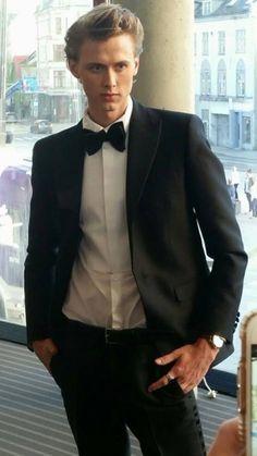 Hello James bond #skam#evak#gullruten#isakandeven#henrikholm#tarjeisandvikmoe