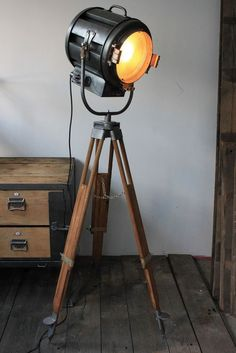 Old Hollywood cinema projector Richardson wood tripod- Ancien projecteur cinema hollywood Richardson an trepied bois Former Hollywood cinema projector Richardson … - Steampunk Furniture, Industrial Furniture, Industrial Bathroom, Industrial Lighting, Industrial Style, Deco Cinema, Cinema Room, Cinema Projector, Antique Decor