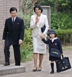 Princess Aiko, Japan.  bahkan princess aja mesti bawa her own school bag and stuff. ga ngerti sama orang tua Indonesia yg ngasih anaknya baby sitter sampe dua biji, segala macem barang dibawain.
