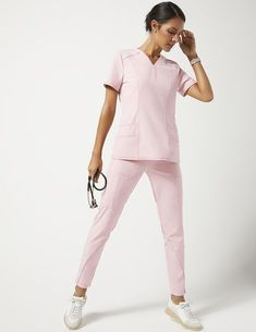 Shift Top mit V-Ausschnitt in Blushing Pink Medical Scrubs Dental Scrubs, Medical Scrubs, Nursing Scrubs, Scrubs Outfit, Scrubs Uniform, Stylish Scrubs, Doctor Scrubs, Doctor Coat, Lab Coats