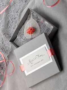 He encontrado este interesante anuncio de Etsy en https://www.etsy.com/es/listing/190951176/box-and-lace-wedding-invitation-vintage