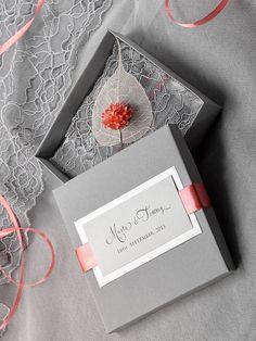 He encontrado este interesante anuncio de Etsy en https://www.etsy.com/es/listing/190951176/box-and-lace-wedding-invitation-vintage