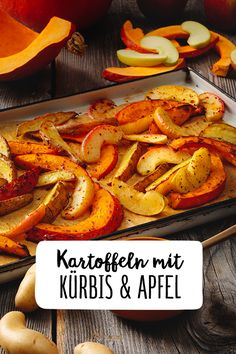 Kürbis, Äpfel und Kartoffeln aus dem Ofen Pumpkin, apples and potatoes out of the oven Do not you get enough of the autumn favorite Hokkaido? Prepare the pumpkin in the oven, together with sour apples and potatoes. Healthy Foods To Eat, Healthy Drinks, Healthy Snacks, Beef Recipes, Vegan Recipes, Cooking Recipes, Healthy Food Tumblr, Clean Eating Recipes, Thanksgiving Recipes