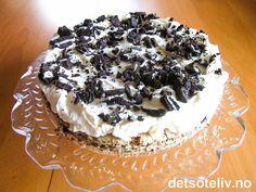 """""""Oreo Meringue Cake"""" er en av de aller beste kakene jeg har smak noensinne!!!!!! Kaken smelter på tungen i en fantastisk smak av marengs, pisket krem, pecannøtter og Oreokjeks. Dessuten er den faktisk veldig lett å lage. Denne kaken MÅ du bare ikke gå glipp av!!"""