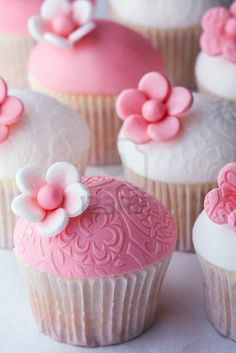 So pretty, great fondant frosting idea for cupcakes.