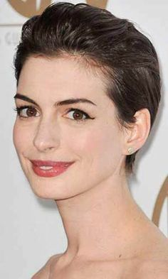 アン・ハサウェイの美しい顔立ちが際立つ、オールバックスタイル。ウエットな質感が今年風です。
