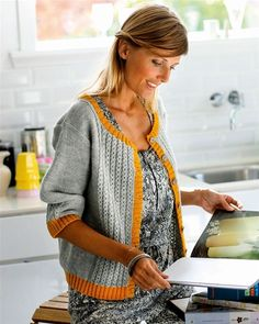 Love the relaxed fit and colors: Strik selv: Smuk grå cardigan med karrygul kant - Hendes Verden Crochet Cardigan, Knit Crochet, Crochet Pattern, Baby Knitting Patterns, Loom Knitting, Knit Jacket, Crochet Clothes, Mantel, Knitwear