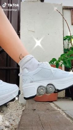 Roller Skate Shoes, Roller Skating, Ski Shoes, Sneakers Fashion, Fashion Shoes, Girl Life Hacks, Things To Buy, Stuff To Buy, Vintage Inspired Dresses