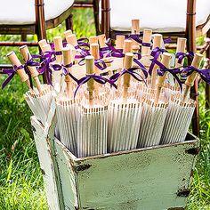 Parasoles de papel para invitados a una boda.