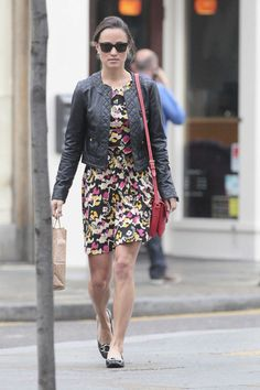 Pippa Middleton Photos Photos - Pippa Middleton looks all set for Summer in a patterned frock as she grabs a Starbucks coffee and jumps on a London bus! The Middleton sister hid behind shades as she supped on a coffee and then got on the number 10 bus to Holborn. - Pippa Middleton Grabs a Coffee