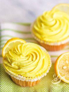 I Cupcakes al limone sono dei dolcetti fragranti ricoperti da una morbida crema di agrume e formaggio: gustateli a merenda o per un'occasione speciale!