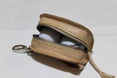 ゴルフボールケース素材:ヌメ革収納:ボール2個、ティー3本全て手縫いで製作してます。|ハンドメイド、手作り、手仕事品の通販・販売・購入ならCreema。