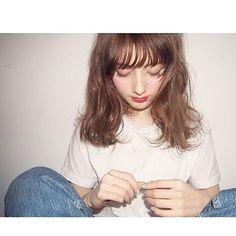 セミロングヘアスタイル 磯田基徳 シースルーバング ウェット 束感 くせ毛風 Tシャツ 外国人風 ラフ 渋谷