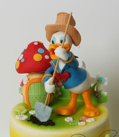 viorica's cakes: Donald gradinareste Daisy Duck Cake, Donald Duck Cake, Fondant Cake Toppers, Fondant Figures, Fondant Cakes, Cupcakes, Cupcake Cookies, Beautiful Cakes, Amazing Cakes