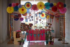 Bebê de um ano ganha festa em tons vibrantes inspirada em Frida Kahlo - UOL Estilo de vida