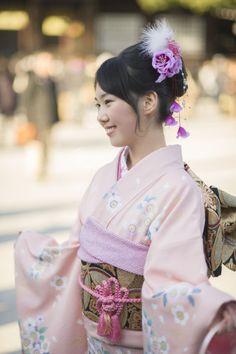 Seijinshiki – Coming of Age Ceremony at Meiji Shrine Yukata, Japanese Beauty Hacks, Coming Of Age Day, Meiji Shrine, Male Kimono, Western Suits, Japanese Kimono, Japanese Style, Modern Hairstyles