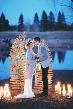 Ночная свадебная церемония на берегу озера