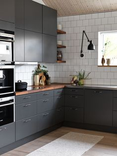 Et grått kjøkken er et moderne kjøkken. Two Tone Kitchen Cabinets, Kitchen Rug, Kitchen Countertops, Kitchen Furniture, New Kitchen, Kitchen Decor, Gray Cabinets, Kitchen Ideas, Kitchen Centerpiece