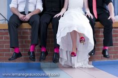 chaussures mariée fuschia avec chaussettes du marié assorties