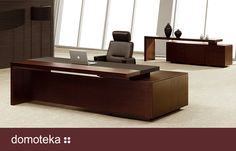 Nowoczesne, reprezentacyjne biurko o wyjątkowym wzornictwie wykonane w fornirze naturalnego orzecha. Brzegi biurka wykonano z pełnego drewna. Dostępne na zamówienie w salonie Chairman.