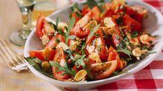 Eine kleine Veränderung erzeugt manchmal einen ganz neuen Geschmack. Bestes Beispiel: Der Tomatensalat mit Rucola und Mandelblättchen.