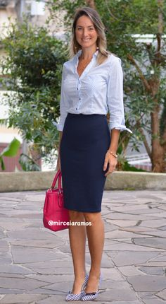 Work look – look of the day – corporate look – fashion at work – work outfit – office outfit – spring outfit – executive look – summer look – summer outfit – blue pencil skirt – navy – social shirt – blue – pink bag Navy Skirt Outfit, Pencil Skirt Outfits, Office Fashion, Work Fashion, Fashion Outfits, Corporate Fashion, Look Office, Office Looks, Office Outfits Women