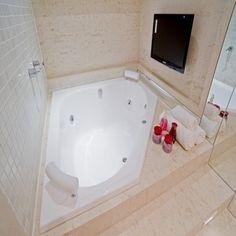 Para garantir momentos de relaxamento e bem estar e ainda, proporcionar benefícios para a saúde, as banheiras de hidromassagem são uma ótima opção.