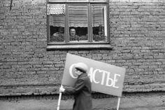 Счастье, проходящее мимо. Новокузнецк, 1 мая 1983 года. Фото группы ТРИВА (фотографы Владимир Воробьев, Владимир Соколаев и Александр Трофимов, работавшие на рубеже 70–80-х годов при Кузнецком металлургическом комбинате)