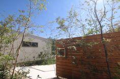 リビング前には目隠しのウッドフェンスを立ち上げ、プライベートなお庭になります。
