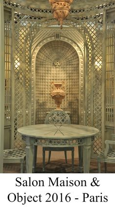 Interior treillage with lattice furniture: wood table and chairs, wood vases and wood lattice. Lattice Wall, Lattice Fence, Living Room Styles, Living Room Decor, Living Spaces, French Architecture, Architecture Details, Outside Patio, Wood Vase