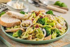 Mettende pastasalat med kylling og pesto | Coop Marked Quiche Lorraine, Pasta Salad, Pesto, Bacon, Salads, Lunch, Vegetables, Ethnic Recipes, Food