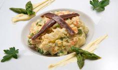 Receta de Karlos Arguiñano de ensaladilla elaborada con gambas, patata, huevo, espárragos, guisantes, zanahorias, pepinillos, aceitunas y mahonesa casera.