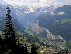 Overlooking the Lauterbrunnen valley (Suiza)