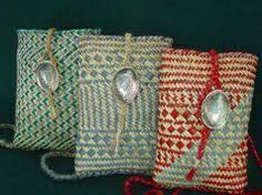Похожее изображение Flax Weaving, Weaving Art, Basket Weaving, Maori Designs, Maori Art, Museum Shop, Red Berries, Crafts To Do, New Zealand