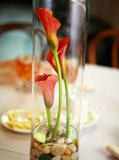Bocal à cailloux avec trois fleurs comme décoration