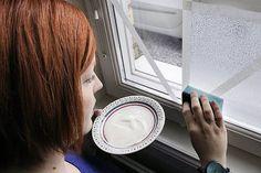 Det kanske låter som ett skämt men med hjälp av lite filmjölk och hårtork går det lätt att göra snygga insynsskydd på fönster.