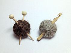 Britischer Wolle Stricknadeln oder Crochet Hook Brosche - Ball der Garn-Pins