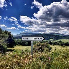 """Instagram media joshemalo - Todos los caminos llevan a """"París""""  curiosa señal en un pueblo de (valle de Mena-Burgos) Artieta."""
