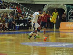 Álex lucha por el balón. @SeFutbol España-Grecia. Homenaje a Kike Boned. Ginés Rubio @grl48