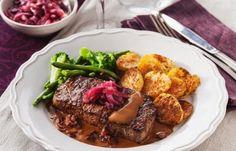 Inget slår en riktigt mör biff tillagad på rätt sätt. Den här njuter vi med gräddsås, bacon och syrlig rödlöksmarmelad. God och lättlagad festmat!