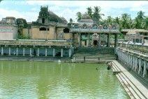 India. Junio 1988. Estanque de un templo de Tamil Nadu