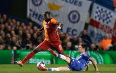 Oscar briga pela bola na vitória do Chelsea sobre Galatasaray (Foto: AP)