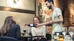 je gaat leren om heel netjes wijn in te schenken voor mensen