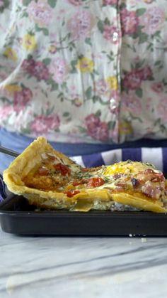 Essa receita de pizza de massa folhada com bacon e ovos é super prática e fica uma delícia.