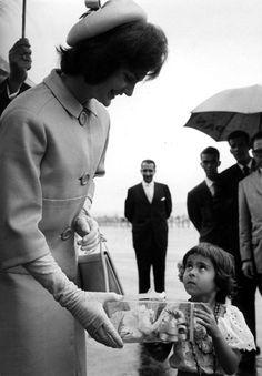 Una orquídea para Jackie en el aeropuerto de Maiquetía. Visita a Caracas en 1961
