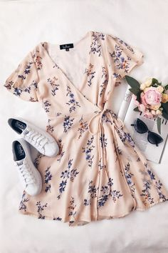 Fowler – Blush Pink – Wickelkleid mit Blumendruck – … – Your Outfits – Outfit Ideas Mode Outfits, Stylish Outfits, Ladies Outfits, Stylish Jeans, Unique Outfits, Jean Outfits, Dress With Sneakers, Floral Sneakers, Looks Vintage