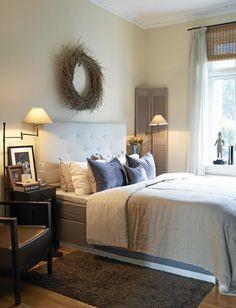 Det lyse soverommet er likevel lunt, takket være mørke møbler og myke tekstiler. Hodegavlen fra Ikea skaper et ekslusivt preg på sengen. Sengeteppet og puter fra Maison de Vacances, kan bestilles hos Konzept HP.