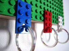 Juego de tres llaveros (blanco, rojo y azul) y soporte de pared en verde - Antes 30 euros, ahora 27 euros de GeekJewels en Etsy https://www.etsy.com/es/listing/163130081/juego-de-tres-llaveros-blanco-rojo-y